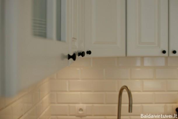 Klasikinė virtuvė su klasikinėmis rankenėlėmis