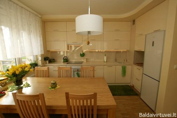 Stilingi virtuvės baldai su stiklo sienele