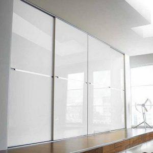 Stumdomos durys su baltu dažytu stiklu